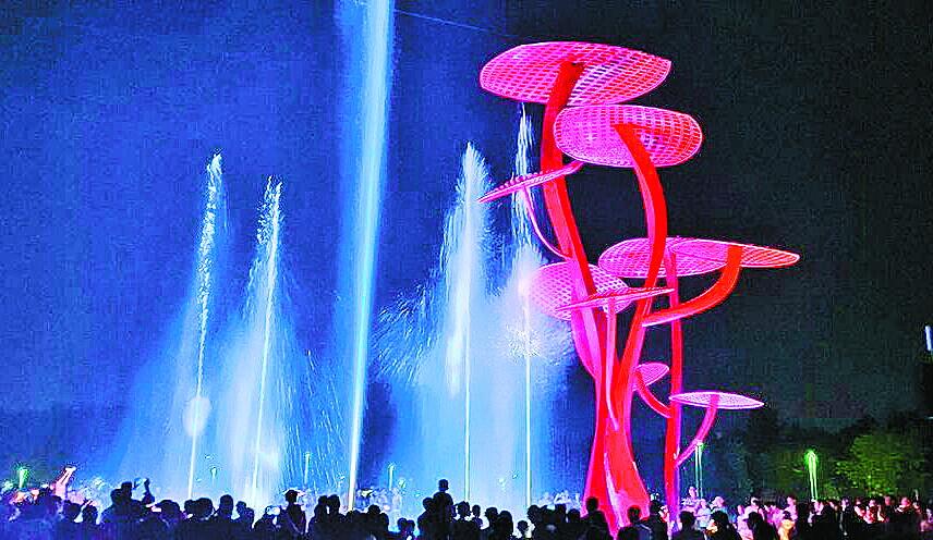 美爆了!城市运动公园梦幻音乐喷泉试开放,吸引市民争相观赏