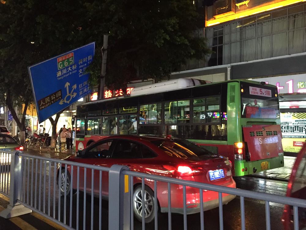 涉嫌危害公共安全,袭击5路公交司机的肇事男子被刑拘了!
