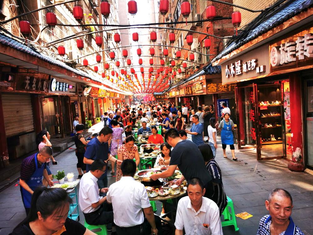 三圣宫摆起长桌宴 200居民欢庆中秋