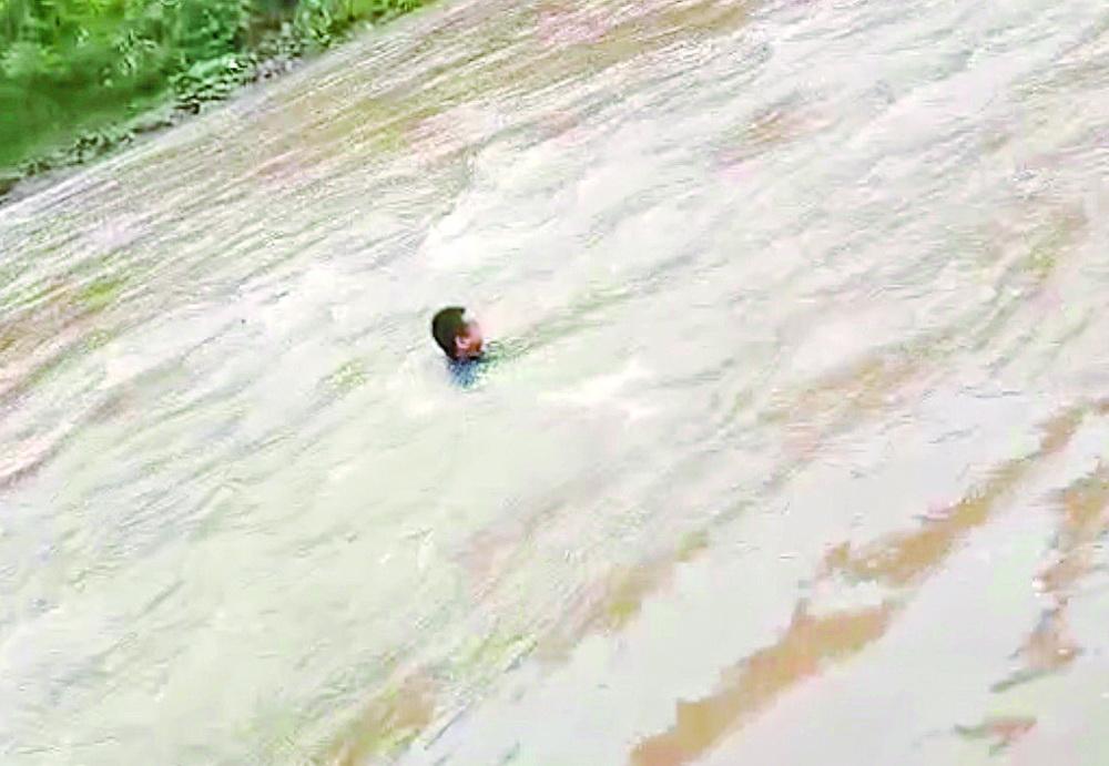 16岁男孩雨中欲跳河轻生,不谙水性的他冲到河中央将其救回