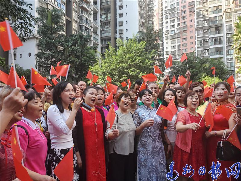 达城市民千人快闪唱响《我和我的祖国》《今天是你的生日我的中国》