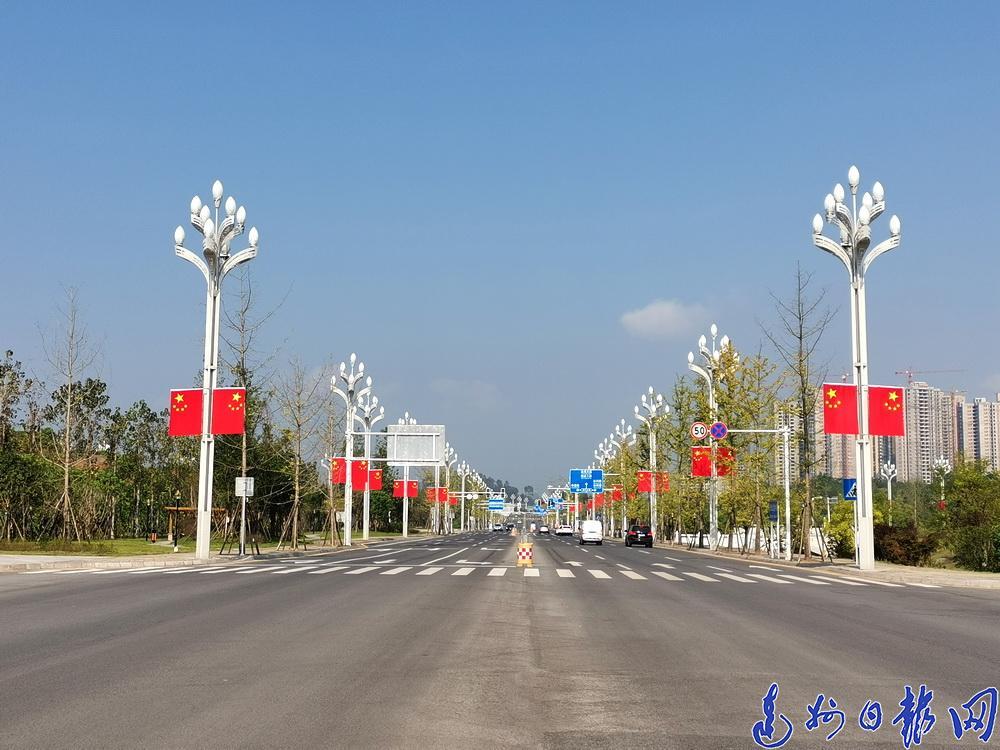 """悬挂国旗迎国庆!达城街头洋溢""""中国红"""""""