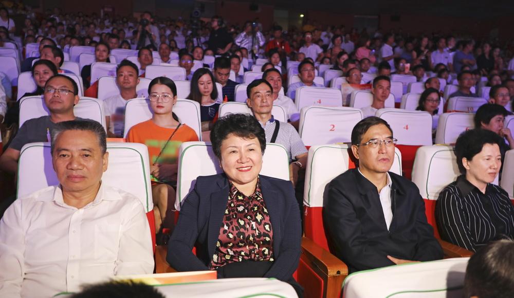市直机关庆祝新中国成立70周年暨建市20周年歌咏晚会上演