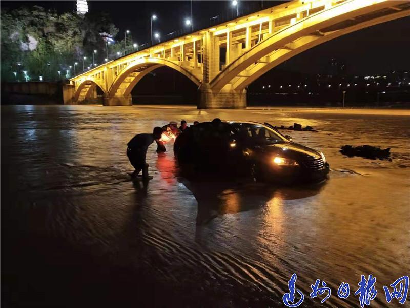 """夜雨中,州河边那一道道""""荧光黄""""格外耀眼,分外温暖"""