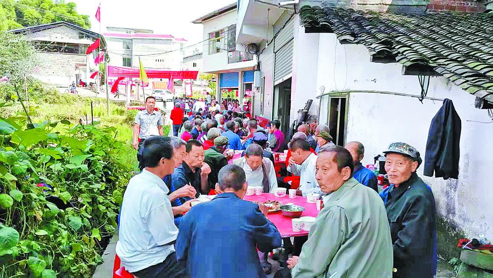 在外务工青年办坝坝宴300老人欢聚一堂庆重阳