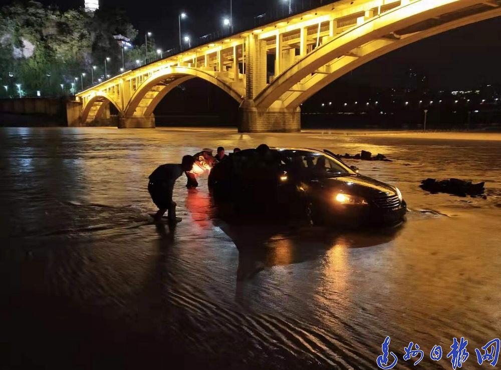 大雨不斷 河水猛漲!州河大橋下20多輛車即將被淹