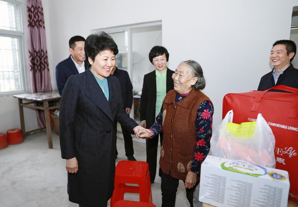 包惠到渠县部分乡镇、企事业单位调研指导脱贫攻坚等重点工作