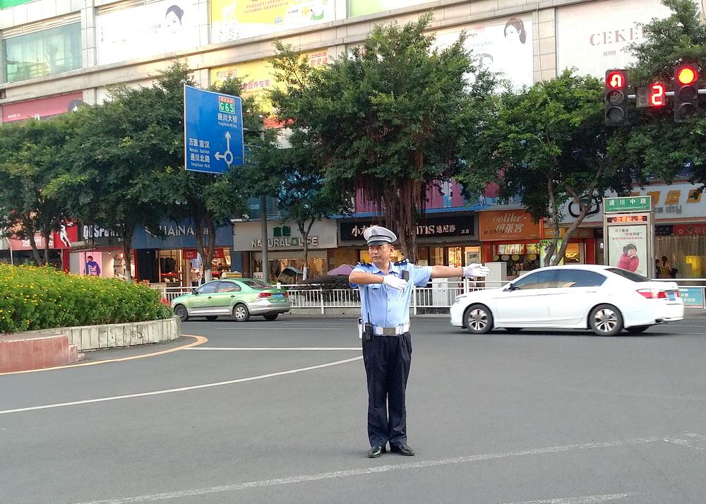 """【爱国情 奋斗者】邓拥军:20年如一日的""""马路坚守者"""""""