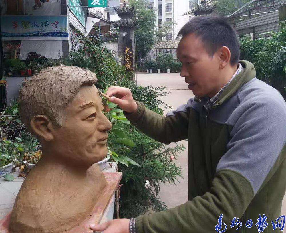 根雕匠人杜曉峰:尋一段樹根 深山呆半月 雕一件作品 閉門刻三月