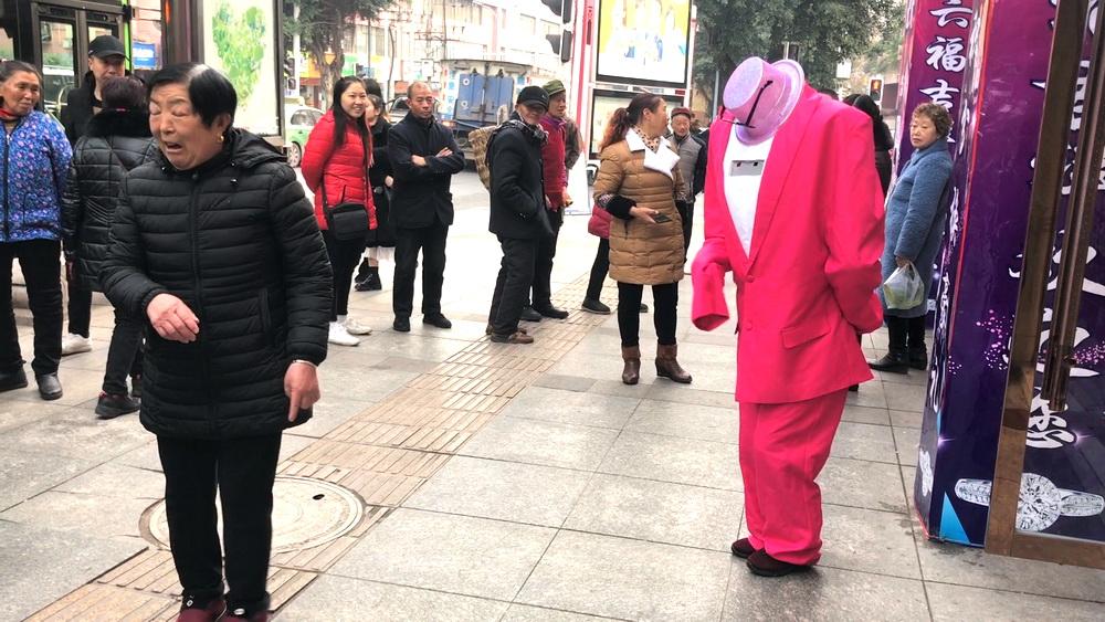 """驚嚇!通川北路竟有一""""無頭人""""手舞足蹈招攬生意"""
