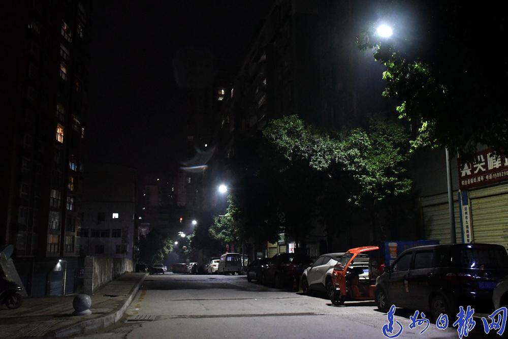 路灯亮啦,走夜路安全了!