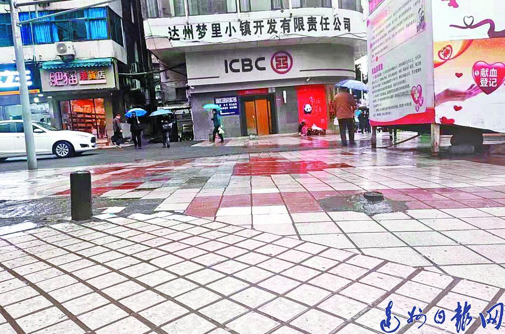 """达城中心广场献血屋旁断铁杆""""暗算""""行人"""