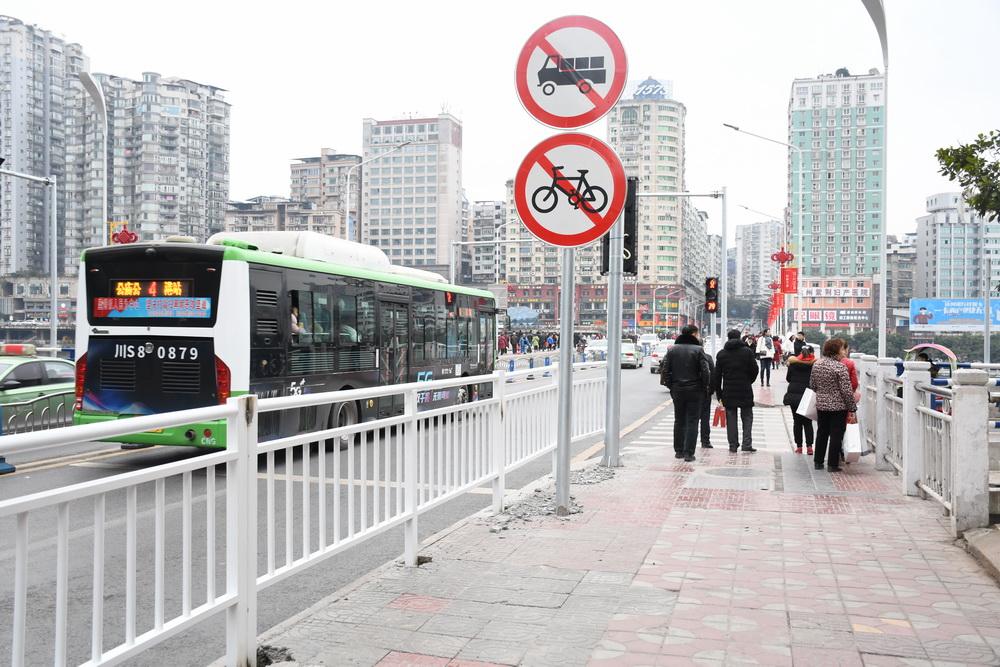 预计春节前完成!通川桥人行道与车行道间正加装防护栏