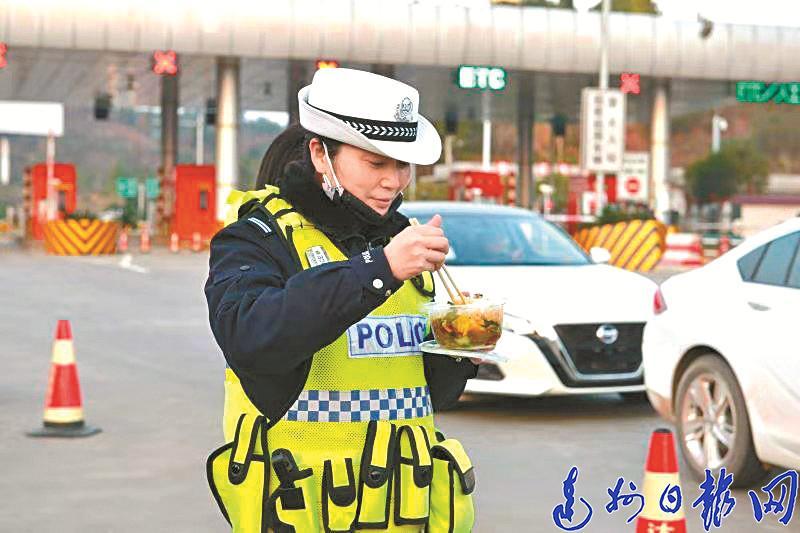 一個崗連續值deng)4小時——記開江抗疫一線(xian)女交(jiao)警(jing)付(fu)燕(yan)