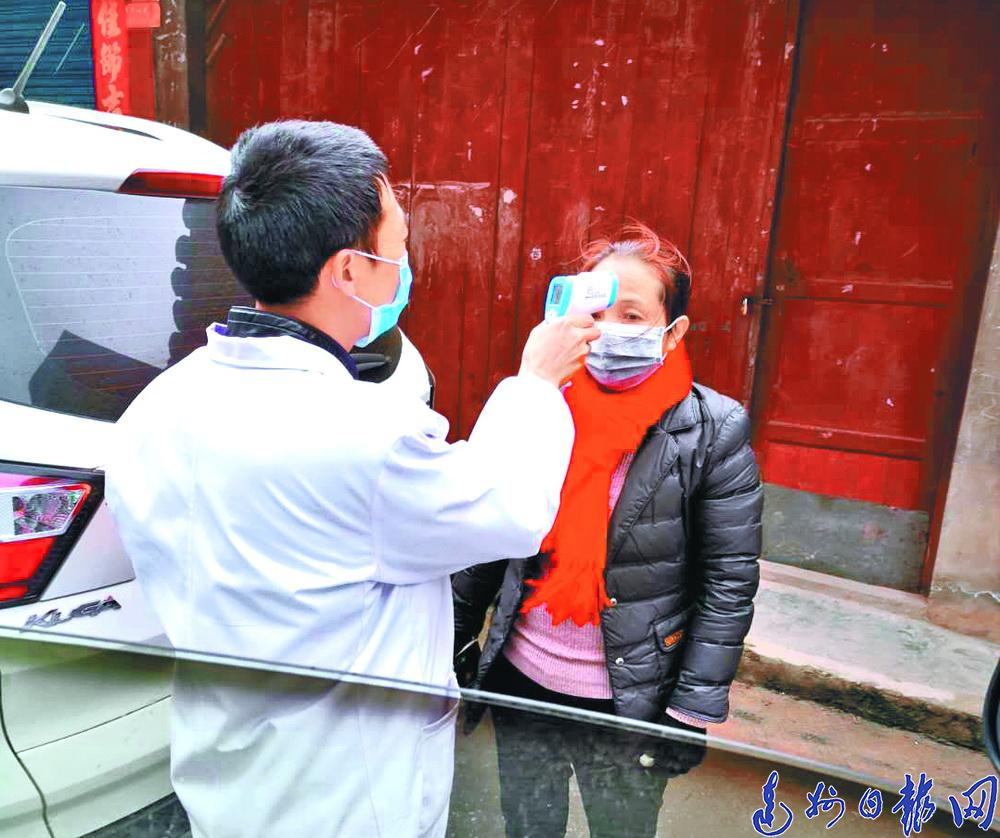 """""""這點傷(shang)不算什(shi)麼(me),我還要去送口罩!""""""""陀螺""""醫生輕傷(shang)不下火線(xian)"""