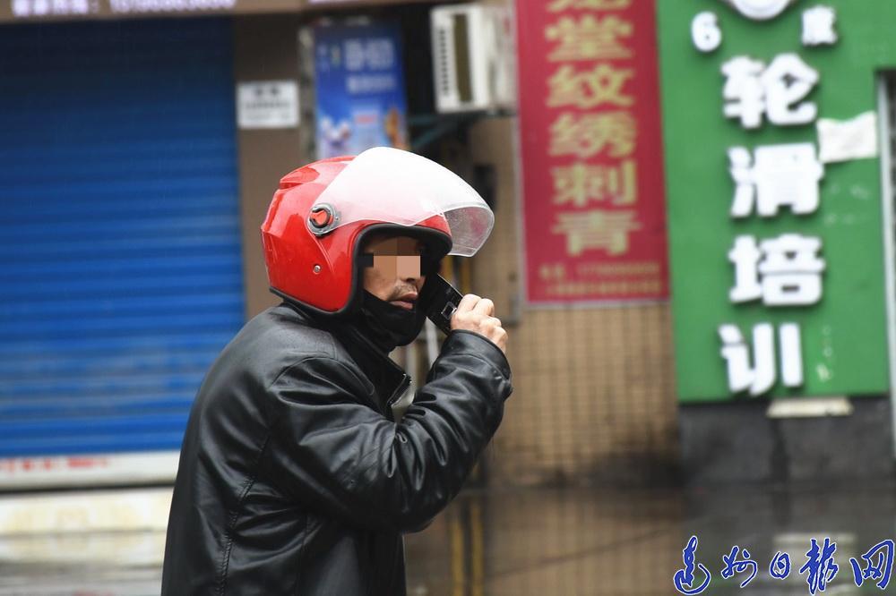 切勿放松警惕!达城街头不少市民口罩未遮住口鼻、取下口罩吸烟或聊天……