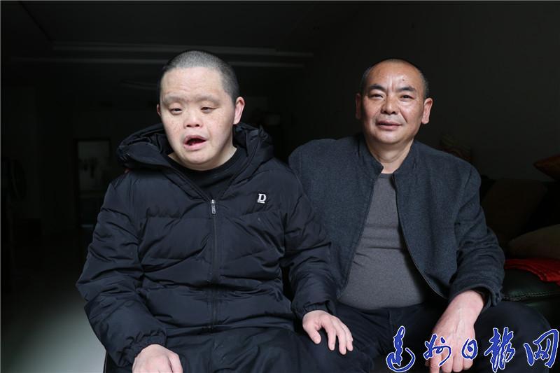 達(da)城這(zhe)個哥哥照顧(gu)唐氏綜(zong)合征(zheng)弟(di)弟(di)40余年