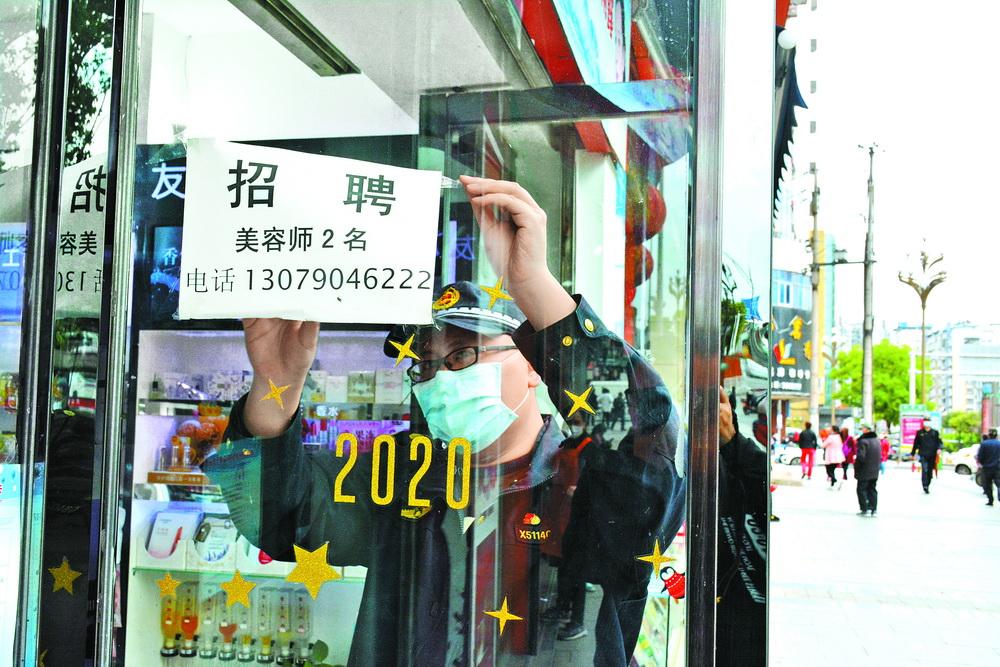 """達州市(shi)城管(guan)執法部門深(shen)入整治十類突出(chu)""""髒亂差""""問題"""