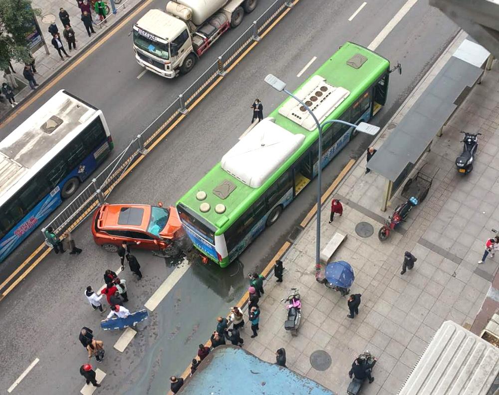 視頻錄下全過程!鳳翎(ling)關一私家(jia)ye)底zhui)尾公交車,一人輕傷