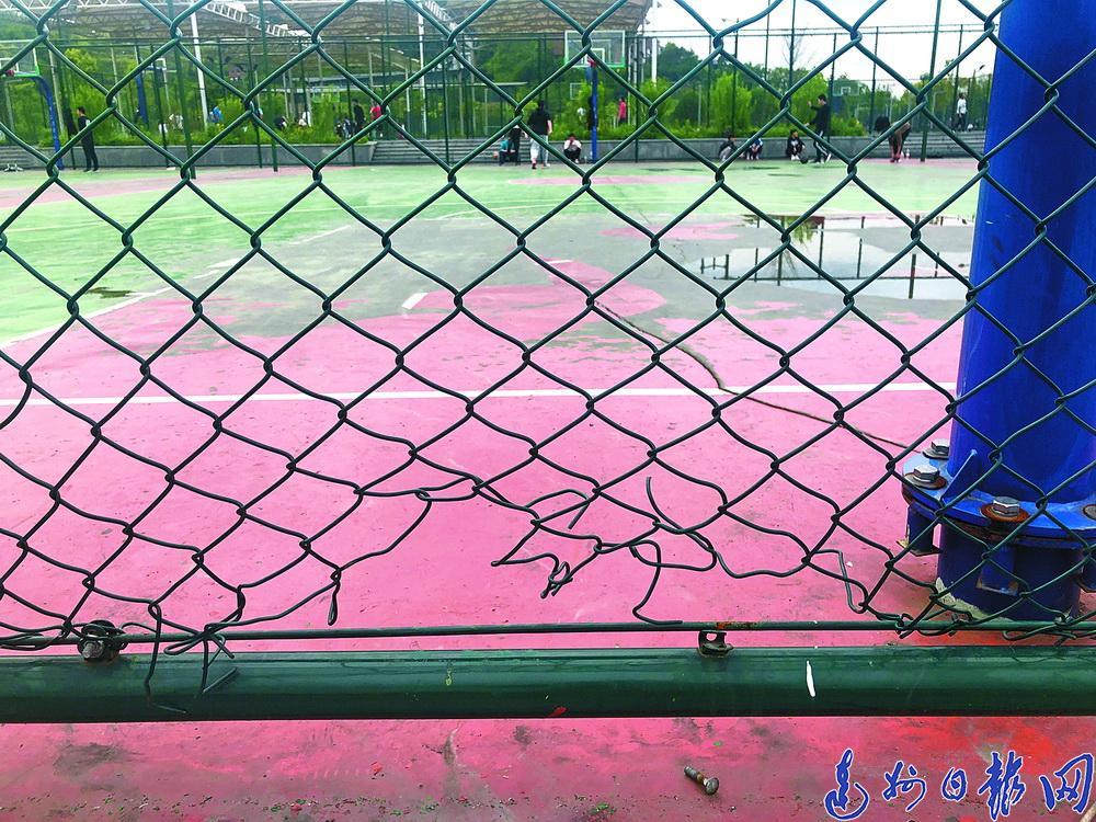 剪開防護網鑽進籃(lan)球場打球!城市運(yun)動公園管(guan)理方︰請大家愛護公共設施