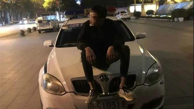 宣汉一少年坐警车引擎盖拍照耍酷,结果尴尬了…