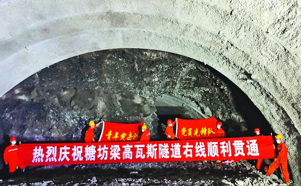 巴万高速首条特长高瓦斯隧道实现双向贯通