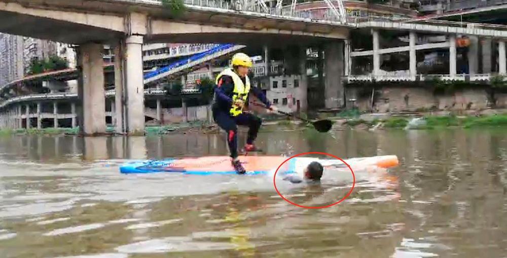 """遇见落水者迅速反应!他们脚踏桨板""""行走""""州河"""