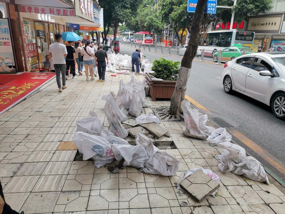 """达城人行道""""微创手术""""进行中,大规模清理破损地砖"""