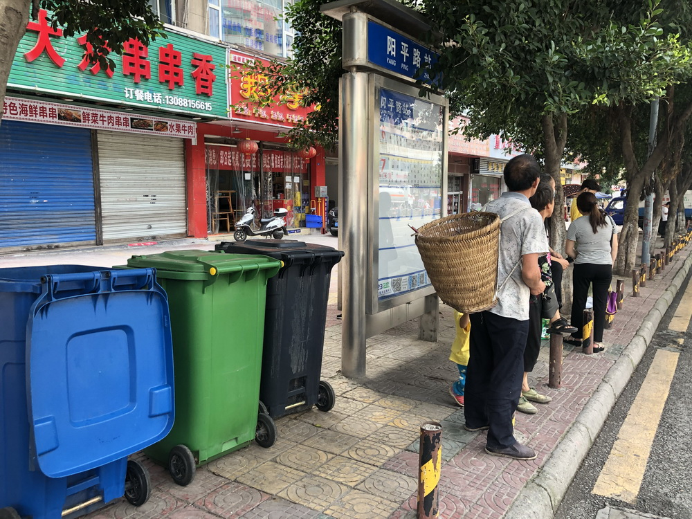 垃圾桶散发恶臭!达城阳平路公交站台乘客候车太遭罪