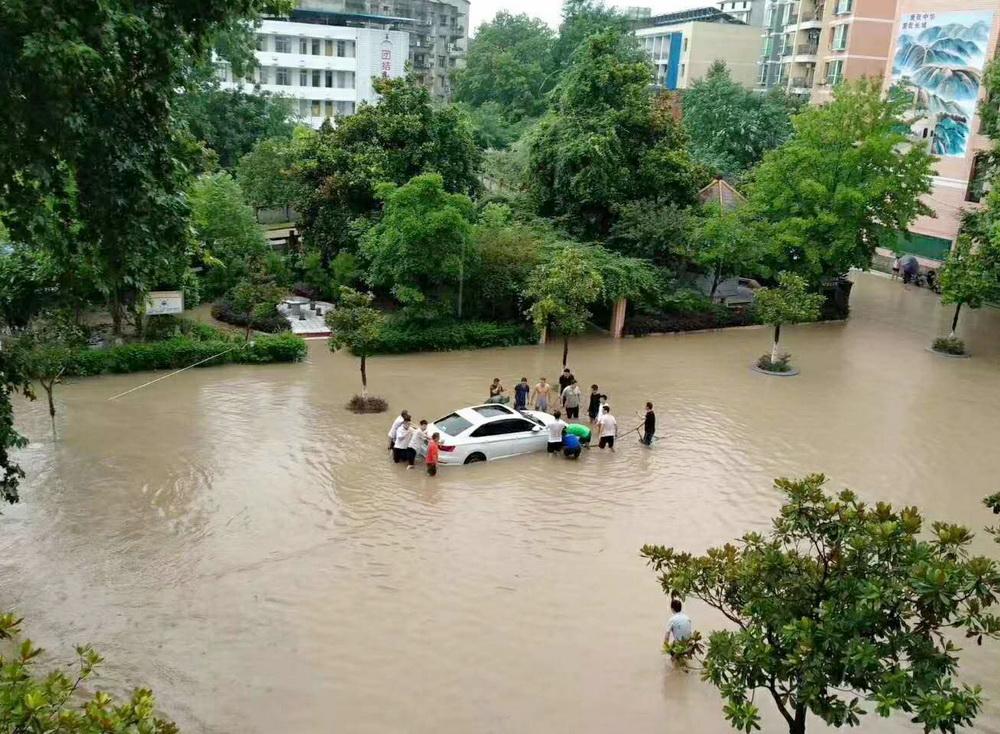 大竹观音中学:洪水淹没校园 师生奋力抢险