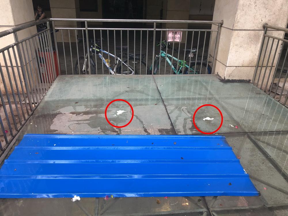 """""""砰""""的一声 顾客懵了 玻璃碎了!原来是楼上""""熊孩子""""高空抛物"""