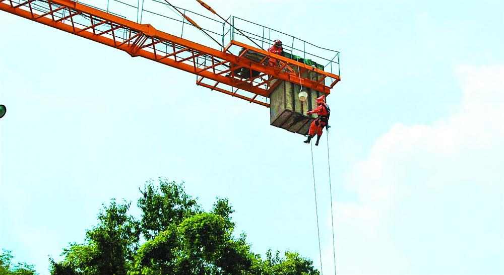 """悬挂25米高空""""摘星""""!神剑园二期工地塔吊""""长""""了3个马蜂窝"""