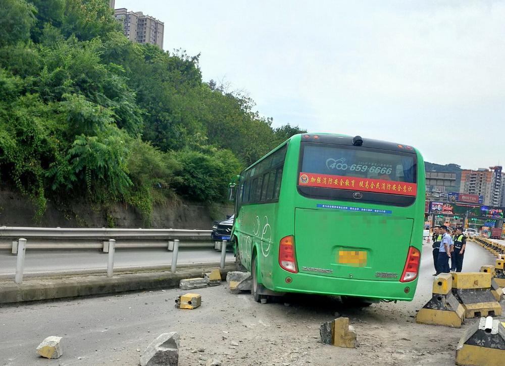 眼看就要下高速 客车突然撞向护栏 高速民警火速转移11名乘客