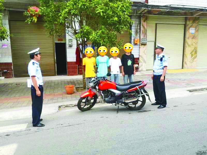 4少年同乘摩托车被查,民警罚写保证书并大声朗读