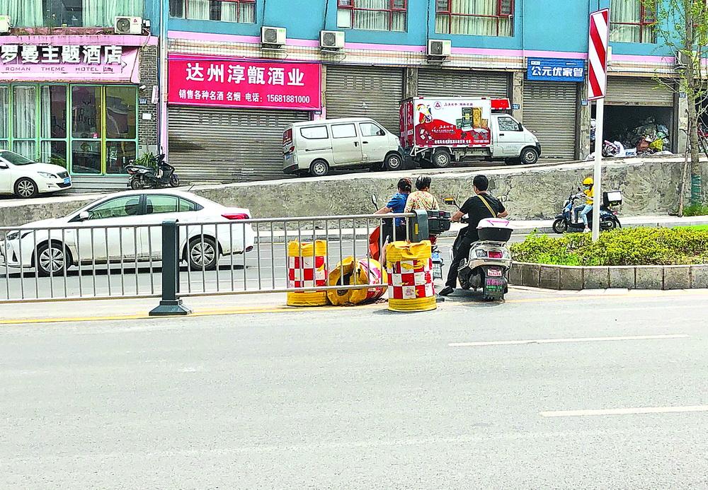 图方便!马路中间的防撞桶都被挪开