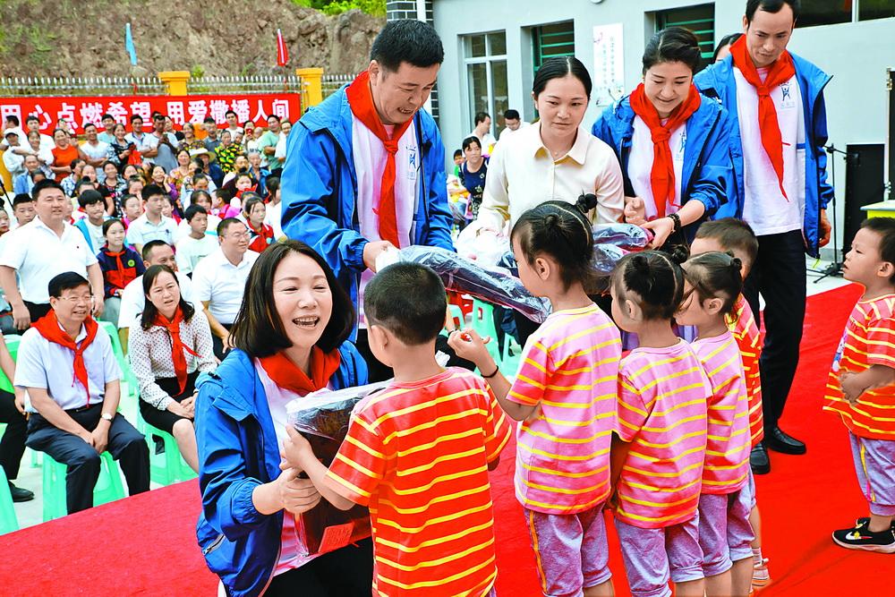 爱心人士向宣汉石铁乡海基金白果村希望小学儿童发放书包