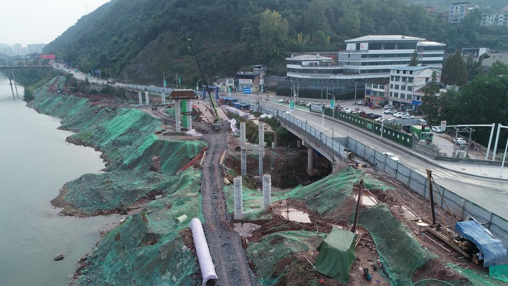 凤凰山隧道与G210国道交叉口立交加紧施工