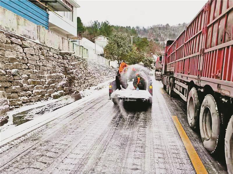 强冷空气来袭 万源多条道路积雪结冰