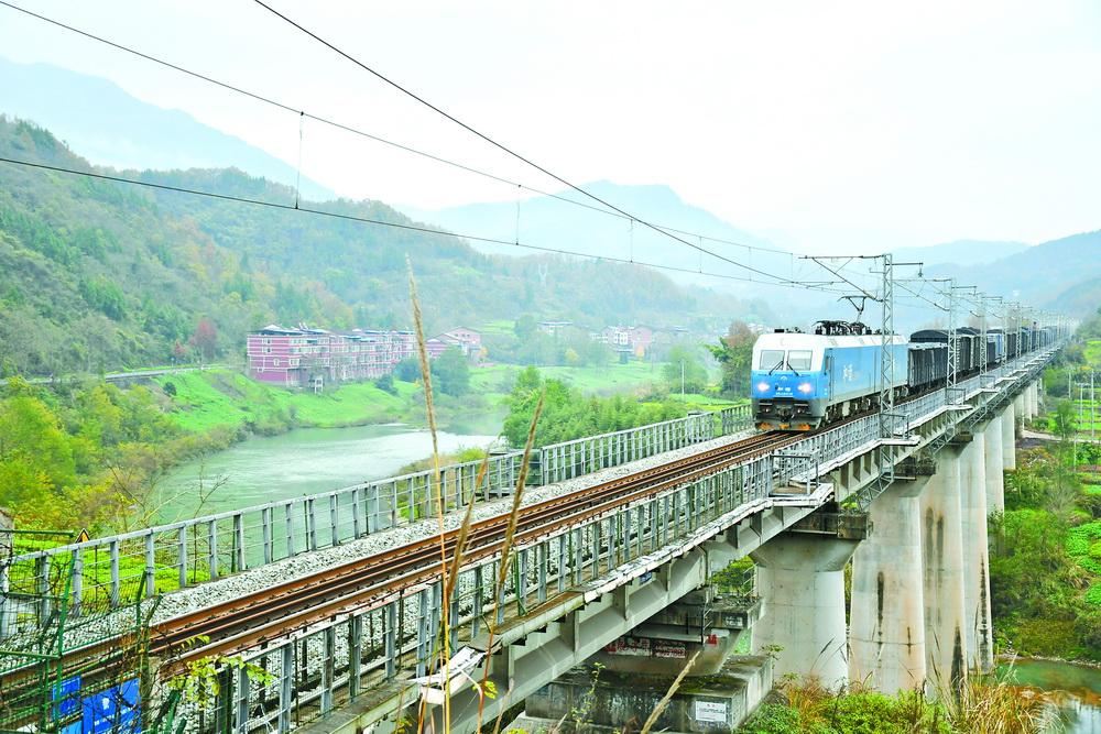 宣汉:让铁路沿线靓起来