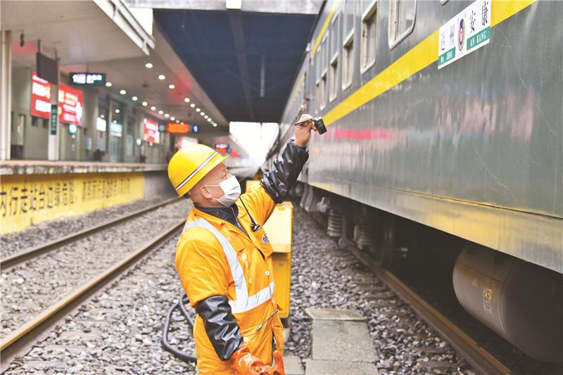 【新春走基层】平凡的列车上水工