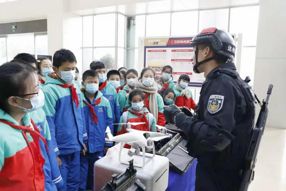 通川区一小学生走进110指挥中心