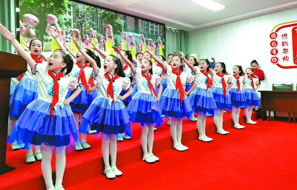 宣汉百节溪小学师生一行走进宣汉县光荣院