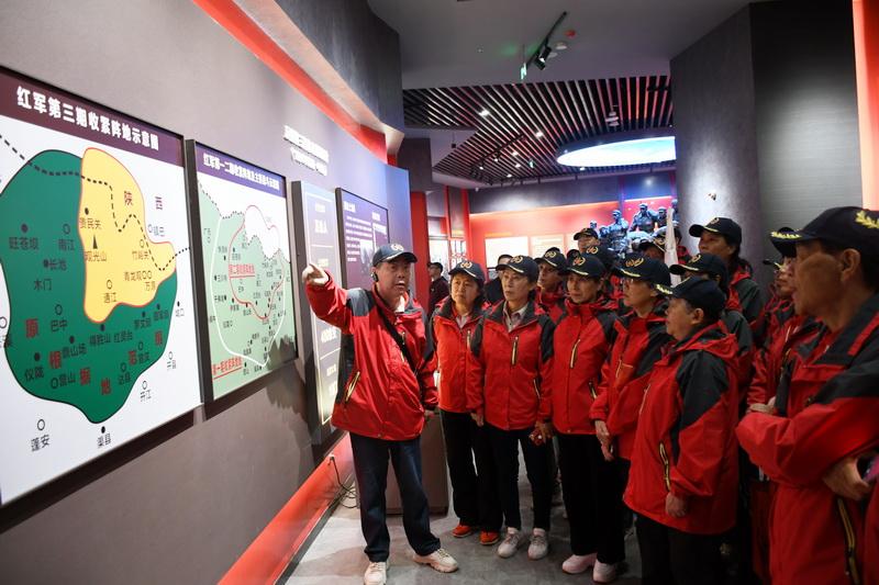 48名红军后代在万源保卫战战史陈列馆参观