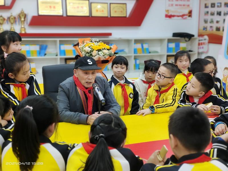 通川二小邀请赴朝作战老兵讲述他的革命故事