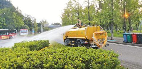 """高温""""烤""""验花草树木 园林工人日均浇水80吨为绿植""""解渴"""""""