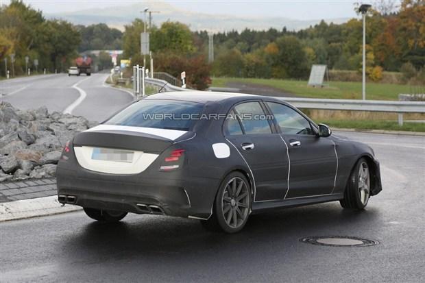 外观方面,奔驰新一代c63 amg较之于新一代奔驰c级更加运动高清图片