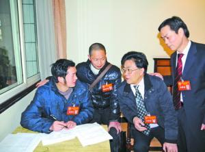 政协委员在驻地讨论提案