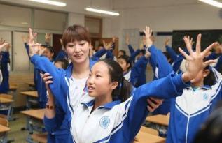 北京体育老师自创室内健身操 帮助学生雾霾天锻炼