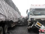 河南13辆车高速路相撞 已致2死11伤